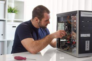 Rouen Informatique - Homme qui répare un ordinateur
